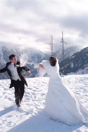 fotos-boda-invierno-jugar-nieve